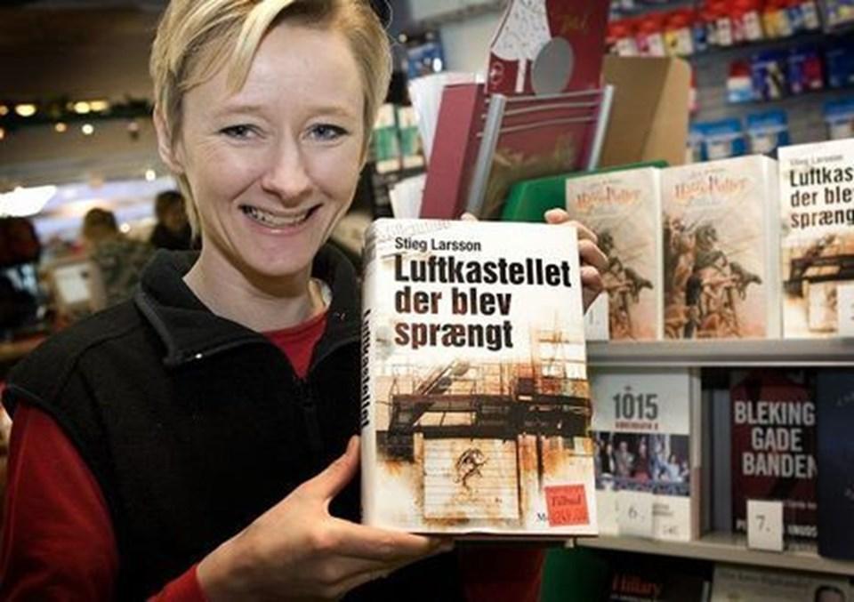 Hos Bøger og Papir er folk heller ikke i tvivl om hvad de vil have. - Alt med Stieg Larsson sælger denne jul, især Pigen der legede med ilden, fortæller indehaver, Anja Rasmussen, og fortsætter - Efter Stieg Larssons død, har folk pludselig fået øjnene op for, hvor fantastiske hans bøger er - og det er de virkelig også, fortæller Anja Rasmussen, og tilføjer at biografier om Hillary Clinton og danske sportsstjerner, der har taget doping, er julens store flop inden for bogverdenen.