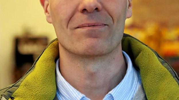 Rolf Ravnstrup: Jeg tror, det er fint nok, at kommunerne indfører forbud. Især i forhold til de unge, for her vokser antallet af rygere. Men om kommunerne ligefrem skal regulere rygning alle steder, ved jeg ikke. Det er nok at gå for vidt, at folk ikke må ryge i deres egen bil. Foto: Allan Mortensen Allan Mortensen