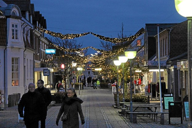Der er smukt julepyntet med guirlander i gågaden. Foto: Hans B. Henriksen Hans B. Henriksen