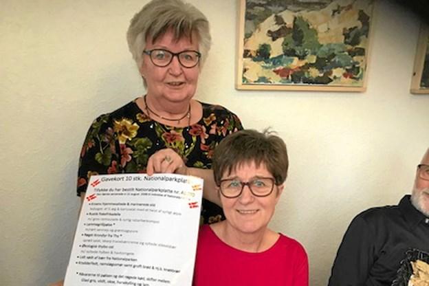 Hanne Andersen blev overrasket ved borger af Henny Mortensen, med gavekortet på de 10 nationalpark-platter. Foto: Ole Iversen