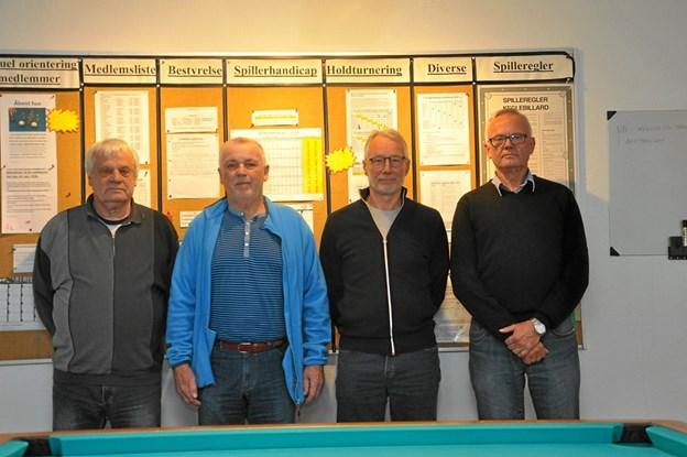 Her er så bestyrelsen for den 50-årige billardklub. Fra venstre er det Poul Pedersen (byggerenovering), Alf Abildgaard (formand), Klaus Kristensen (kasserer) og Jørgen Pedersen (kamparrangør). Foto: Ole Torp
