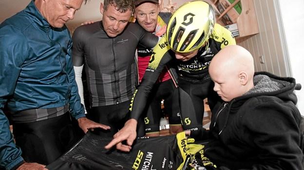 Christopher Juul-Jensen overrakte Sebastian sin løbstrøje fra Tour De France, som naturligvis vakte stor glæde. Foto: Peter Jørgensen Peter Jørgensen