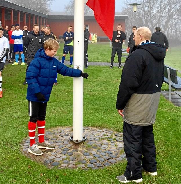 Traditionen tro ved standerhejsningen i HI er det den yngste og ældste spiller, der får lov at hejse flaget. Foto: HI