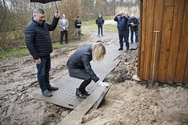 Tirsdag var festdag på Understedvej 1. Borgmester Birgit Hansen lagde den første flise, og så kan byggeriet begynde.