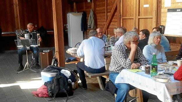 Aftenen fortsatte med spisning og hygge i Huset ved Bratbjerg Søerne samt fællessang til Niels Kraghedes harmonikaakkompagnement. Foto: Tranum Aktieplantage