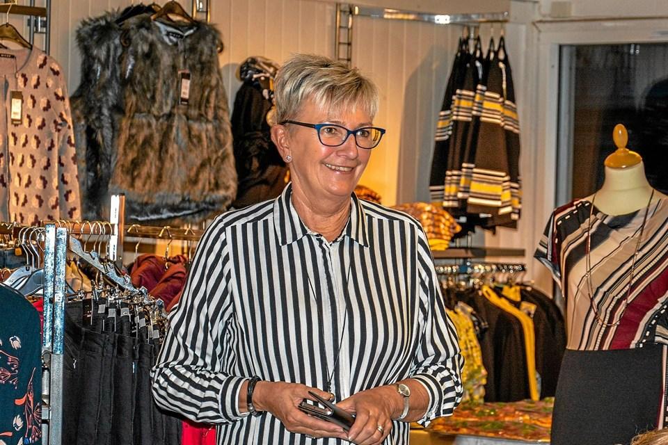 En tilfreds butiksejer Kirsten Kjær ser til, men modellerne præsenterer. Foto: Mogens Lynge