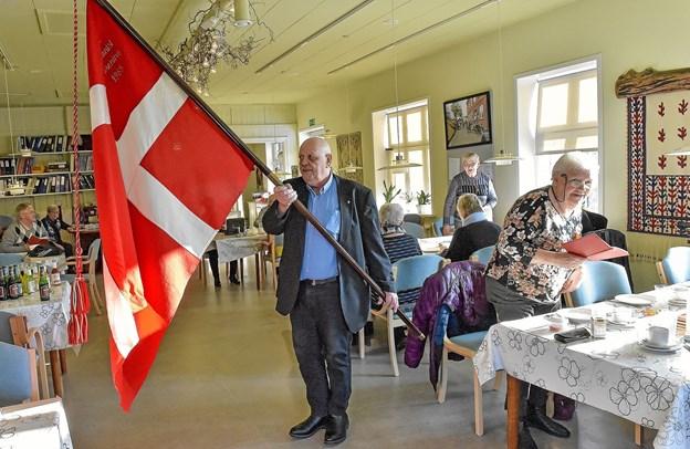 Hurup Pensionist og Efterlønsforenings fane fra 1985 bæres ind for sidste gang. 15 minutter senere er foreningen historie. Formand Dan Skovgaard har æren. Foto: Ole Iversen