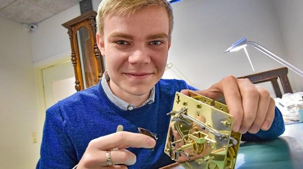 Kristian Foget Østergaard elsker at skille ure ad i atomer, samle det og få det til at køre helt perfekt. Han er en dygtig en af kun 20 urmagerelever i Danmark og er i lære hos Bendixen Ure Guld Sølv.
