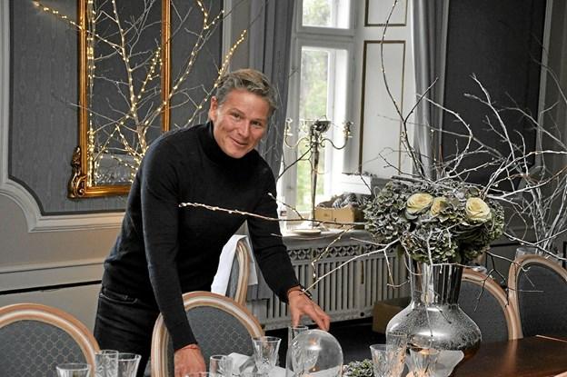 """Mandag i ugen op til søndagens arrangement var bl.a. designer og kjolekreatør Jesper Høvring på Dronninglund Slot for at skabe sit julebord, som han benævnte """"Winter Wonderland"""", og dertil brugte han faktisk hele Den Blå Salon. Foto: Ole Torp Ole Torp"""