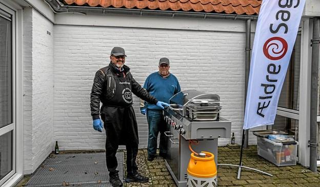 Kjeld Vesterskov og Kim Hansen stod udenfor og grillede lækker kylling og pølser til beboerne. Foto: Mogens Lynge