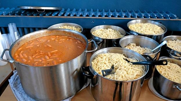 """Den lokale madklub """"De skarpe knive - madklubben for de rigtige mænd"""" havde tilberedt rigeligt med mad. Foto: Niels Helver Niels Helver"""