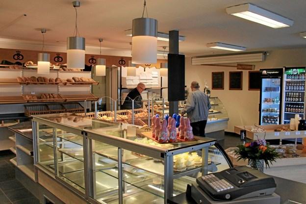 Det er lyse og tiltalende lokaler i det nye brødudsalg. Hans B. Henriksen