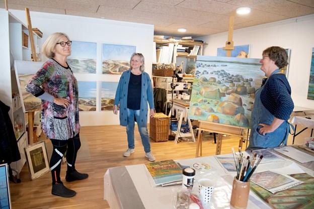 På toppen af et bådhotel og med udsigt over Strandby Havn har de 12 kunstnere slået sig sammen i et nyt kunstnerhus, her ses to af initiativtagerne Nina Schou til højre og Erna Iversen i midten. Til højre er det Hanne Godtliebsen. Foto: Henrik Louis Simonsen. HENRIK LOUIS