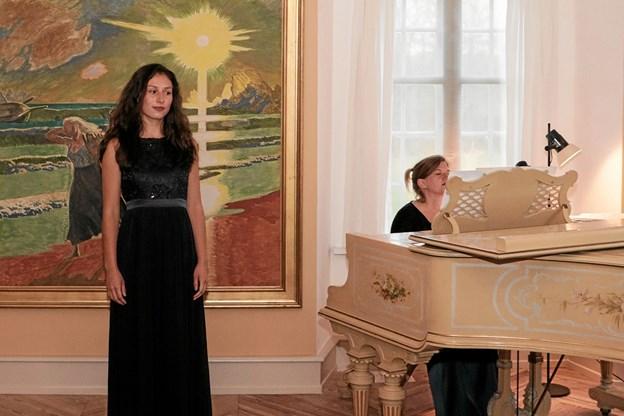 Sofia Luz Held og Tanja Tismar ved flyglet. Foto: Peter Jørgensen Peter Jørgensen