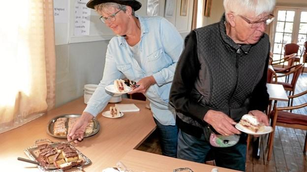 et veldækket kagebord med tilhørende kaffe, som borgerforeningens medlemmer havde stået for. Foto: Peter Jørgensen Peter Jørgensen