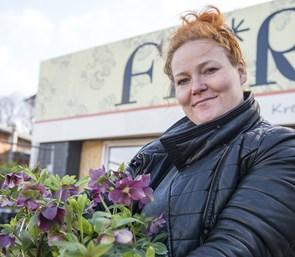 Stinne er vild med at drive sin blomsterbutik - nu lukker hun