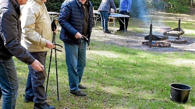 De tidligere landmænd var hurtige til at begynde det gamle hesteskospil, der var meget populært dengang, der var heste i landbruget. Foto: Niels Helver Niels Helver