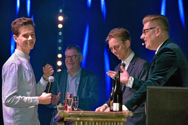 Tobias Jespersen fra Thisted Badminton Klub blev Årets Ungleder og måtte en tur i baren med aftenens værtspar, for et par spørgsmål. Foto: Ole Iversen Ole Iversen