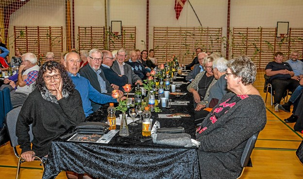 Godt 100 mennesker var samlet fredag aften til spis sammen og efterfølgende foredrag med team tvilling. Foto: Mogens Lynge