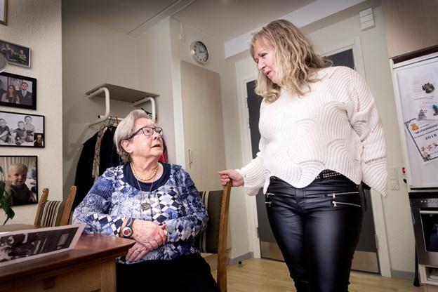 Centerleder Kirsten Severinsen besøger Marie Nielsen, som er beboer på Hobro Alderdomshjem.