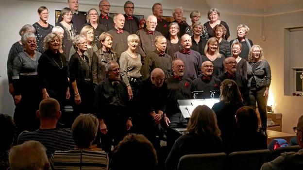 """Inden pausen sang Sysselkoret en række nyere sange, som de ikke tidligere har sunget i Bønnehuset. Sysselkoret også kaldet """"Det kærlige kor"""" består af 40 - 50 korsangere med Camilla Hyttel som dirigent. Foto: Niels Helver"""