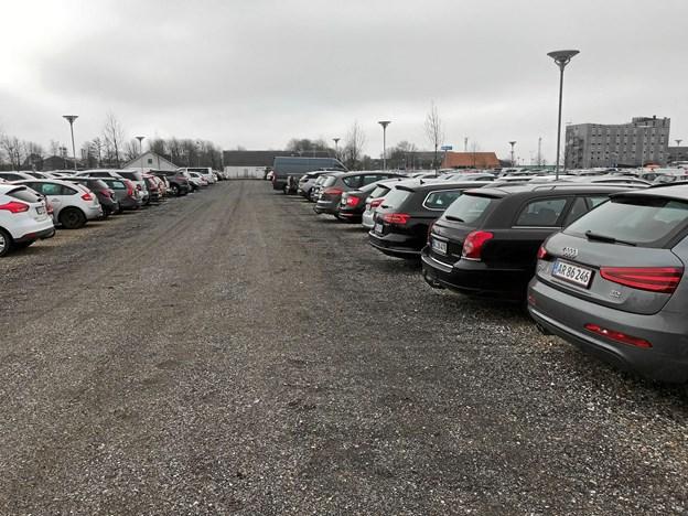 Der er et konstant stort pres på p-pladserne i hele lufthavnsområdet, og Aalborg Lufthavn har altid gjort en dyd ud af, at p-pladserne er gratis for de flyrejsende. Foto: Torben O. Andersen
