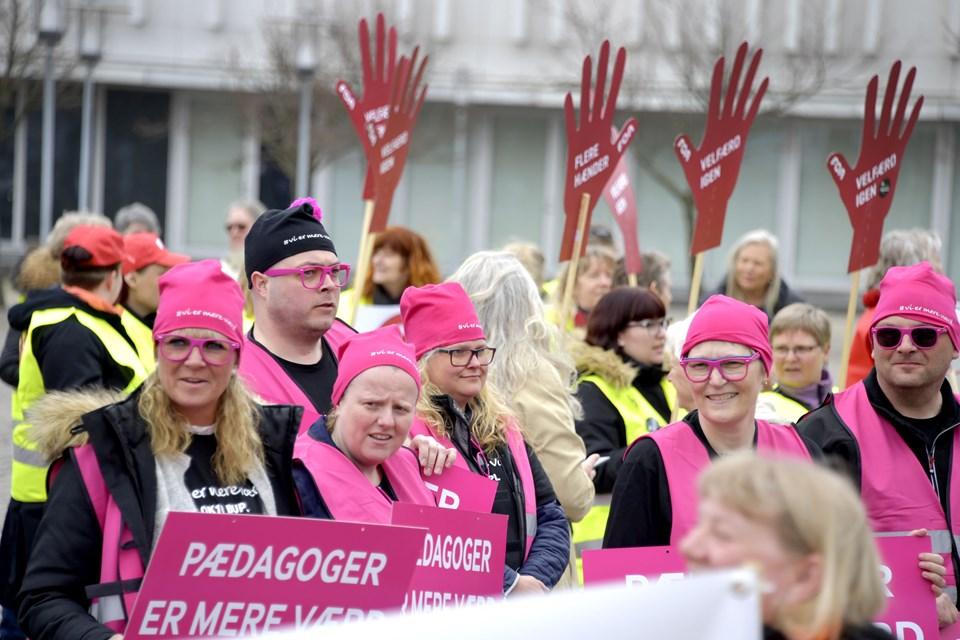Pædagogerne var mødt talstærkt op til demonstrationen på rådhuspladsen.  Foto: Bente Poder