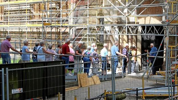 Deltagerne på turen på vej ind i Slesvig Domkirke, som er under restaurering. Privatfoto