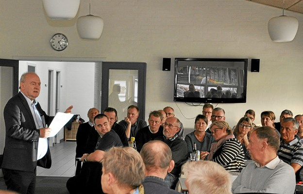 Udvalgsformand Karsten Frederiksen gav en god gang information og måtte til slut stå for skud i den afsluttende debat, hvilket han klarede sig fint ud af. Foto: Ole Torp