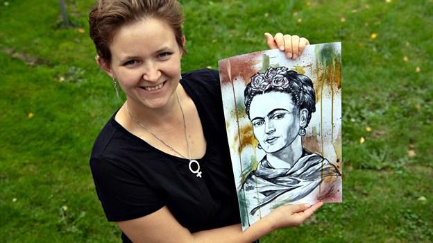 Emma Svensson med plakaten. Foto: Kurt Bering