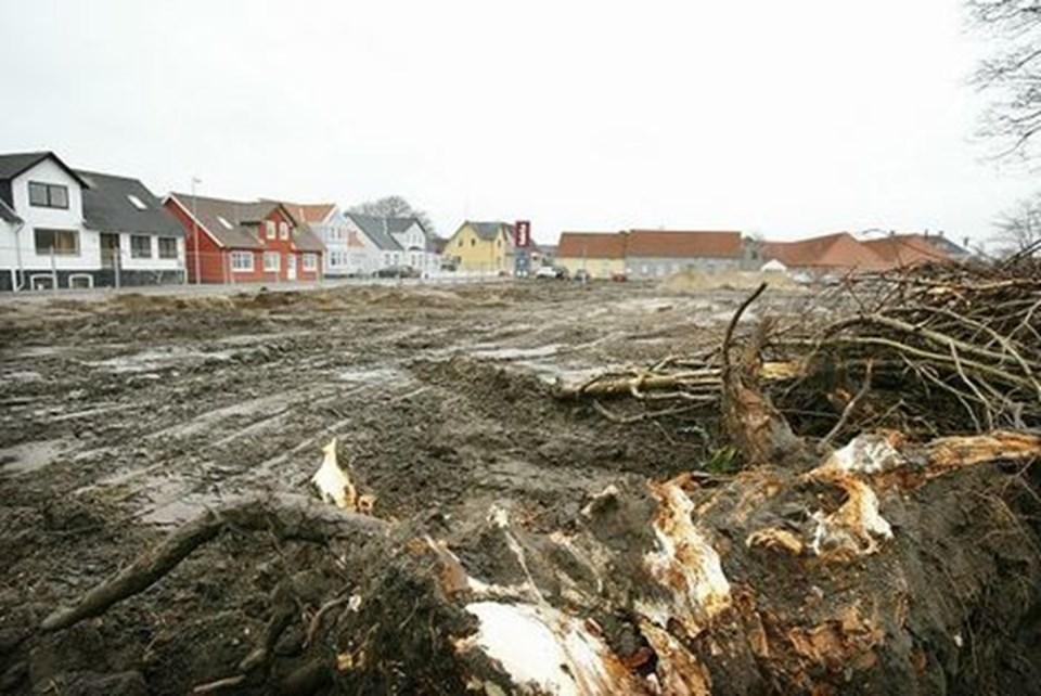 Ejendommene ved Blokhusvej blev revet ned sidste år. Efter nogle måneders forsinkelse er der nu udsigt til, at der kommer gang i opførelsen af det planlagte butiks- og boligbyggeri. arkivfoto: jens morten