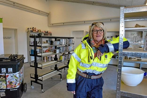 Ruth Josefsen skal fortsat styre butikken i de nye omgivelser. Hylderne manglede dog stadig at blive fyldt op. Foto: Ole Iversen Ole Iversen