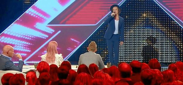 Mathias fra X Factor spiller ved standerhejsningen i Nøvling Fodbold Klub lørdag 6. april. Privatfoto