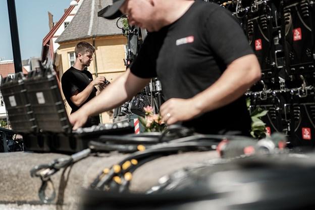 Der er masser af teknik, der skal styr på. Forest Mads Lange. I baggrunden Simon Aagaard.  Foto: Lasse Sand