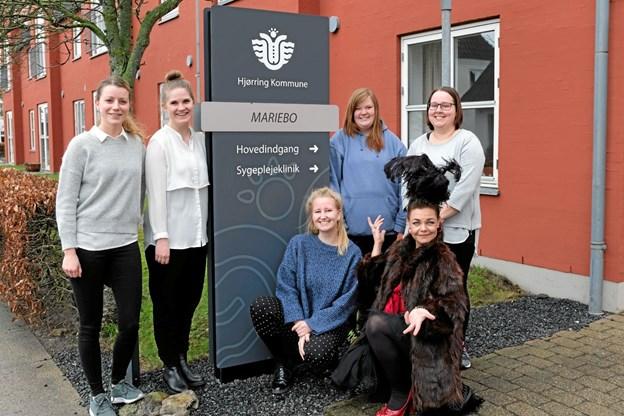 """Sofie Rømer Sproegel, Nathja Brigler, Anne Storvang, Sidsel Helner Hoffman, Louise Horne og Annemarie Nielsen studerer på UCN i Hjørring og i den forbindelse har de lavet en event med sang og musik """"Glemmer du - så husker jeg"""" både på Ældrecenter Mariebo i Tversted og i Aktivitetscentret i Sindal. Foto: Niels Helver"""