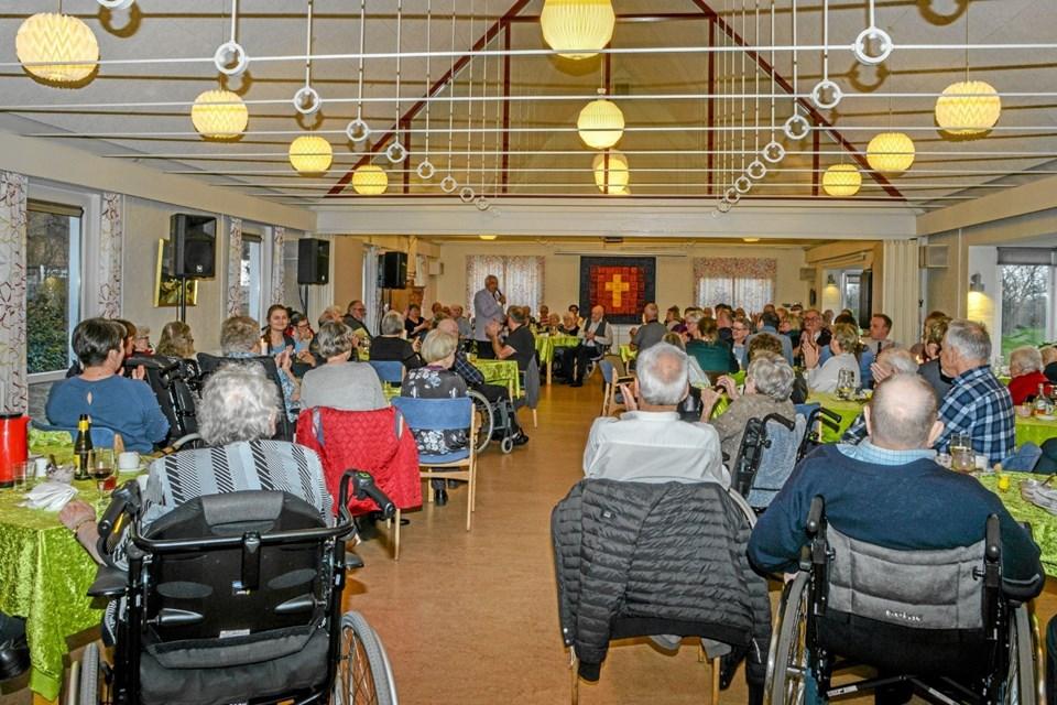Der var fyldt godt op i spisesalen på Røde Kors Hjemmet i Løgstør torsdag aften, hvor der både var middag og underholdning med Johnny Reimar. Foto: Mogens Lynge Mogens Lynge