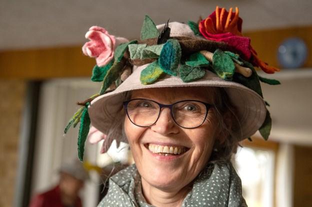 Bente Toft er en af arrangørerne af Hattefesten i år. Hun har sågar været med til at holde filtekursus for nogle af de andre damer, så de kunne lave deres egen hat.Foto: Henrik Louis