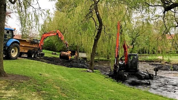 Arbejdet med at rense søerne er kommet i stand efter lokalt pres på kommunens politikere - efter mange henvendelser ser drømmen om, at anlægget igen kan age sig smukt ud, nu endelig ud til at blive en realitet. Foto: Kristian Fjordbak