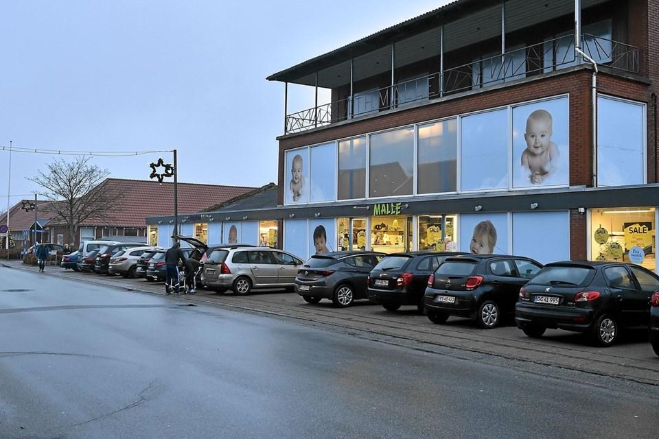 """Kamp om P-pladserne i """"down-town"""" Snedsted til udsalget. Foto: Ole Iversen Ole Iversen"""