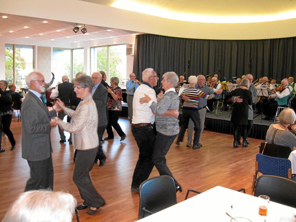 Der blev danset igennem ved søndagens flotte og nostalgiske arrangement i Restaurant Kilden på Comwell Hotel Hvide Hus. Foto: Ole Skouboe