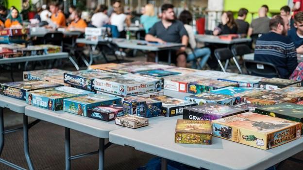Der er omkring 200 spil at vælge mellem til en spilaften.