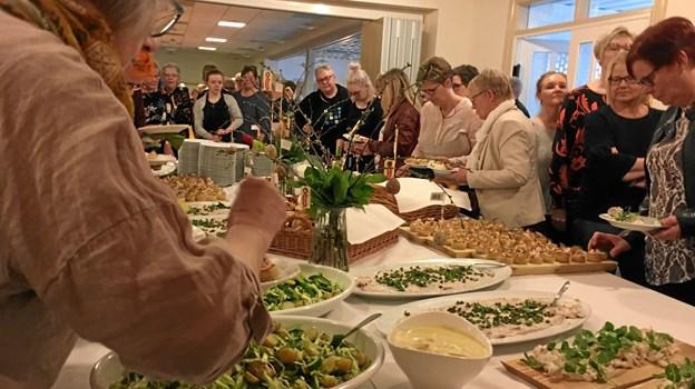 Mens musikken spillede og modellerne gav den gas på podiet, var der fuld gang i køkkenet på kroen, hvor der blev kreeret fantastisk mad til de mange gæster og modellerne. Der blev en mindeværdig aften. Privatfoto