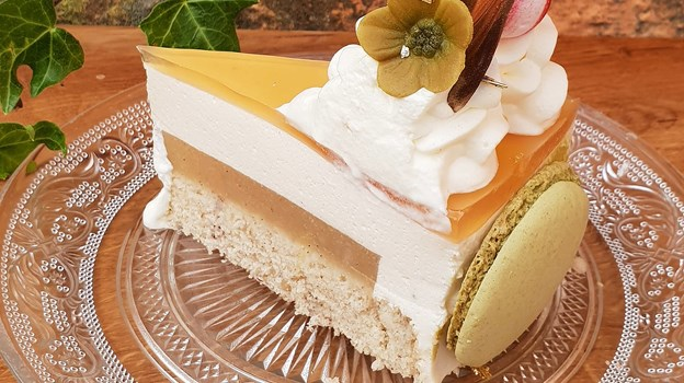 - Jeg er vokset op med lagkage til alle fødselsdage, og min mors er den bedste, lyder det fra konditoren, der dog selv har kreeret kagen her.
