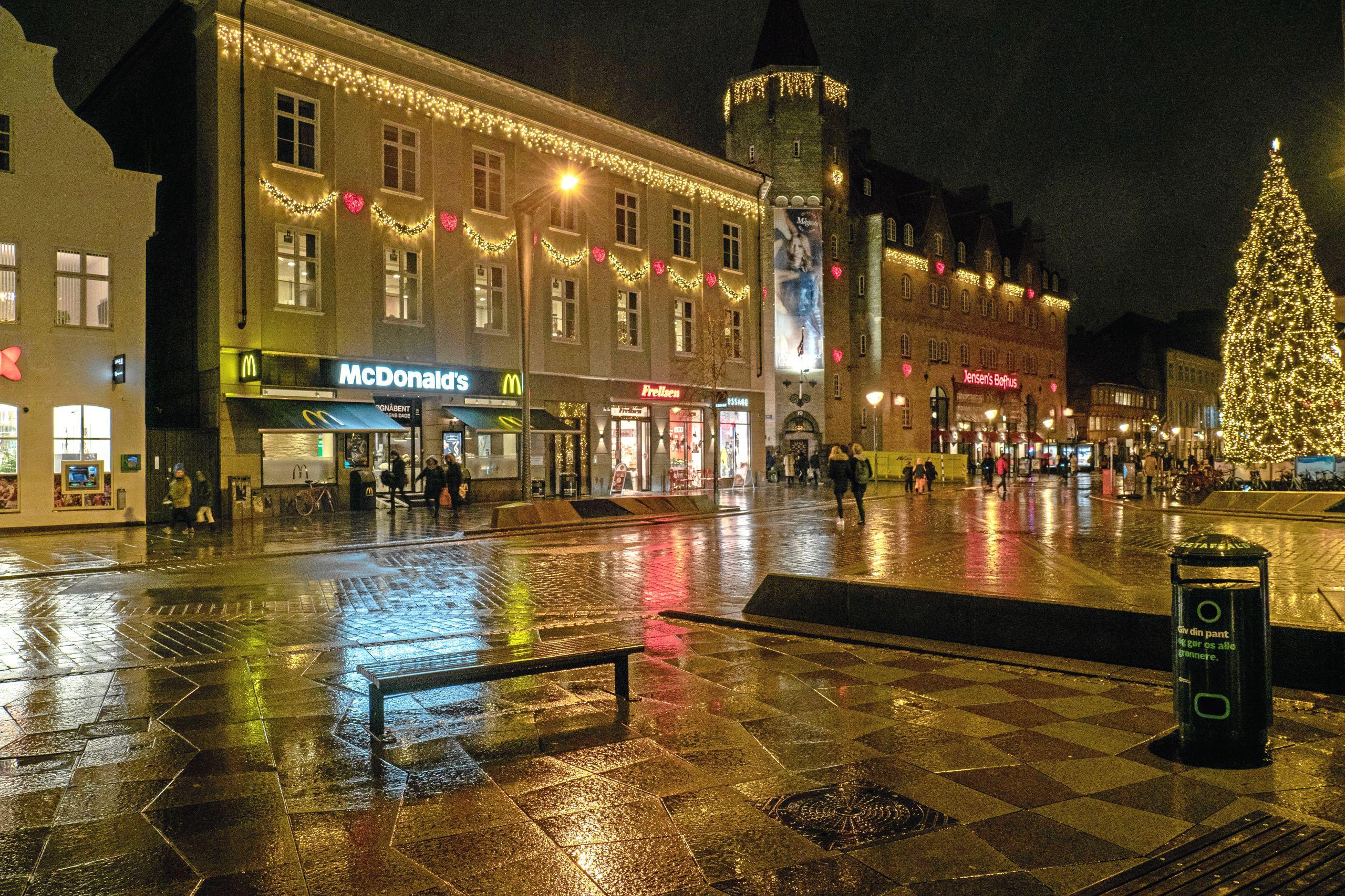 City-ejendomme Aalborg ejer blandt andet de to bygninger, hvor McDonald's og Jensens Bøfhus har til huse, og bygningerne har lige som en række andre har firmaet bygninger fået flot julebelysning. Foto: Click Foto