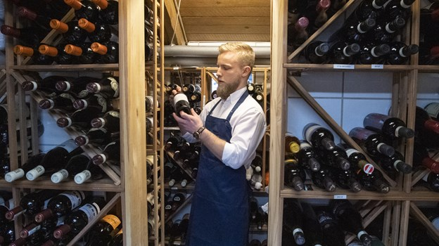 """Pakhuset har på første sal deres """"vinkælder"""", hvor Lasse Meelsen kan hente pog præsentere flasker i mange prisklasser. Foto: Kim Dahl Hansen. Foto: Kim Dahl Hansen"""