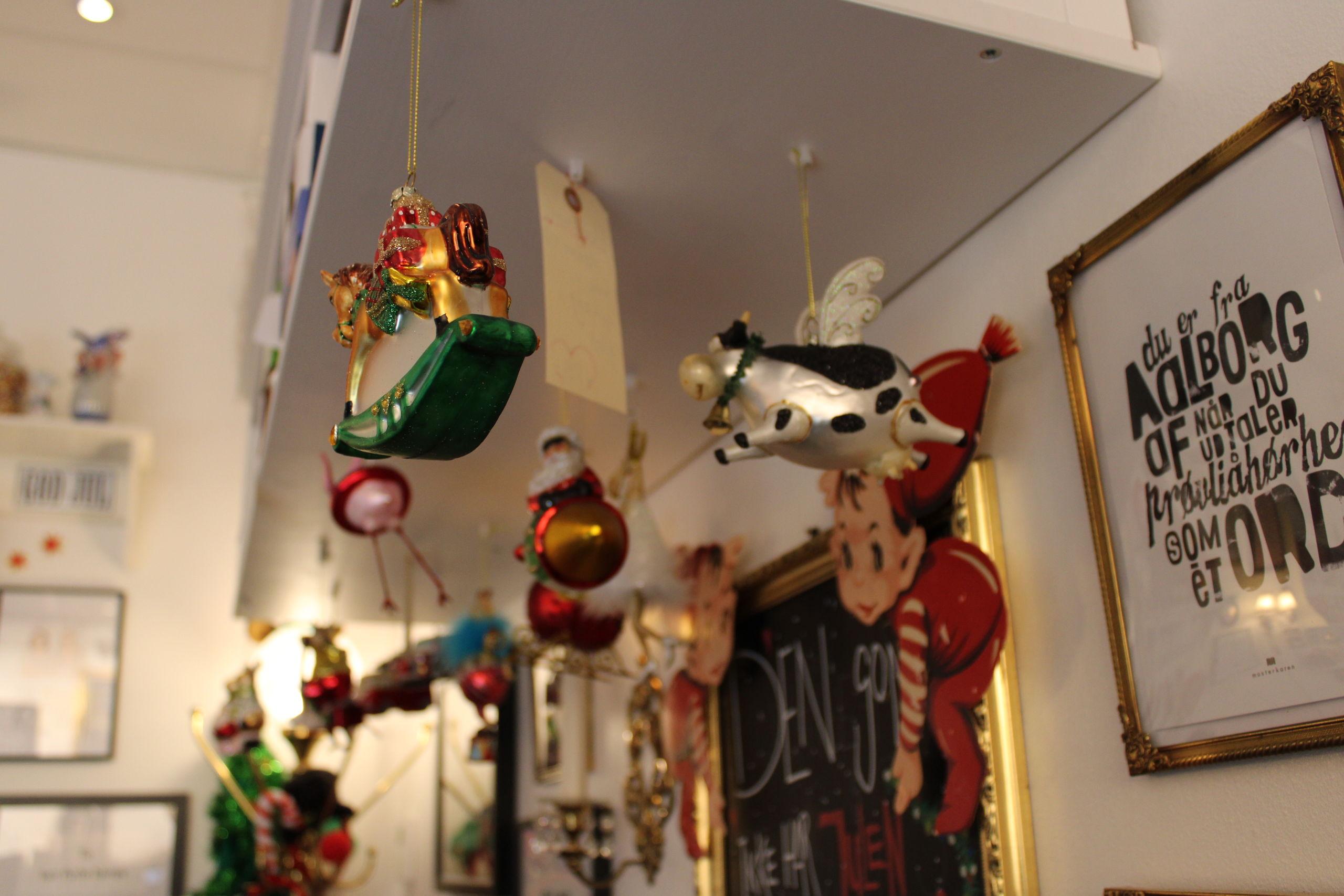 Søstrene i Guf og Kugler har været på jagt efter sjovt julepynt. Foto: Pauline Vink.