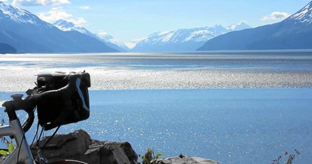 """""""Jeg får en eventyrlig smuk cykeltur gennem Alaska Range. På en dag, hvor jeg kun møder fem biler på 134 kilometers cykling, overnattede jeg i en træhytte"""". Foto: Lars Nielsen"""