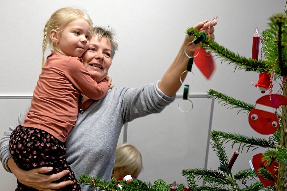 Susanne Boelt hjælper barnebarnet Alberte med at pynte juletræet. Foto: Niels Helver Niels Helver