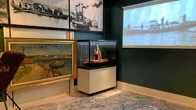 Historien om fjordens færgefart rummer blandt et gulvfolie med et kort fra 1850, hvor fjordens forbindelser er indtegnet. På væggen kører animationer om fjordens forbindelser gennem tiden. Privatfoto
