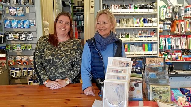 Karina Ørtoft og Connie Jensen fra Skagen Boghandel havde mange kunder i boghandlen. Foto: Ole Svendsen